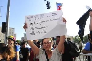 4 de Febrero del 2016 / SANTIAGO Un grupo de ciudadanos, se manifiesta frente al palacio de la moneda, como una señal de molestia a la perdida de soberania del pais, tras el tratado de TPP. En la imagen, una mujer sostiene un cartel. FOTO: SEBASTIAN BELTRAN GAETE / AGENCIAUNO
