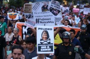 LIM01. LIMA (PERÚ), 11/03/2016.- Miles de personas, en su mayoría jóvenes activistas y estudiantes, participan hoy, viernes 11 de marzo de 2016, en una manifestación pacífica por diferentes avenidas del centro histórico de Lima (Perú), en rechazo a la candidatura de Keiko Fujimori, la hija del expresidente encarcelado Alberto Fujimori (1990-2000), a los comicios presidenciales del próximo 10 de abril en Perú. EFE/Ernesto Arias