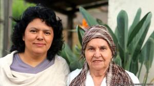 Foto: http://ichef.bbci.co.uk/ Cáceres z matką.