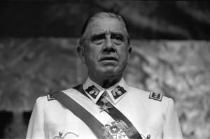 źródło: Wiki Commons, https://commons.wikimedia.org/wiki/File:Pinochet_en_Historia_Pol%C3%ADtica_BCN.JPG