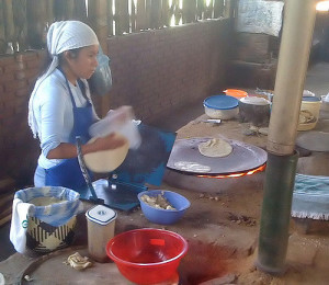 Restauracja Caldo de Piedra, Usila: kobieta przygotowuje tortille, które będą podawane jako dodatek do zupy. (Doug Knuth, flickr.com)